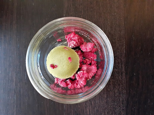 Matcha and berries mason jar dessert in progress : frozen raspberries and GF matcha cake