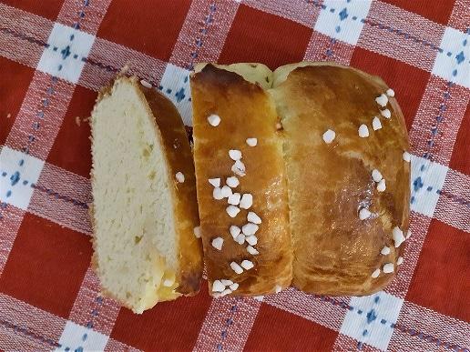Cut brioche mousseline, on a tablecloth